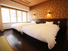 和洋室 セミダブルベッド2台+和室6畳